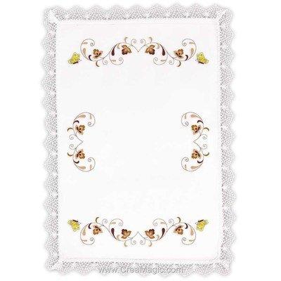 Napperon arabesques et papillons à broder aux points de broderie imprimée Margot Broderie