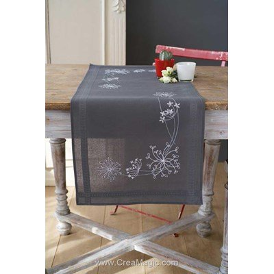 Chemin de table en broderie traditionnelle fleurs blanches de kim Vervaco