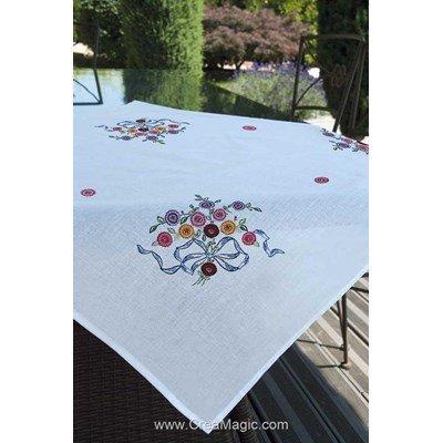 Nappe imprimée bouquet au ruban bleu en broderie traditionnelle - Brodélia