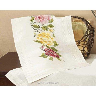 Chemin de table imprimé mary ann roses multicolore en broderie traditionnelle de Duftin