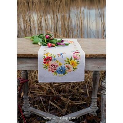 Chemin de table en kit courrone aux fleurs colorées à broder au point de croix compté de Vervaco