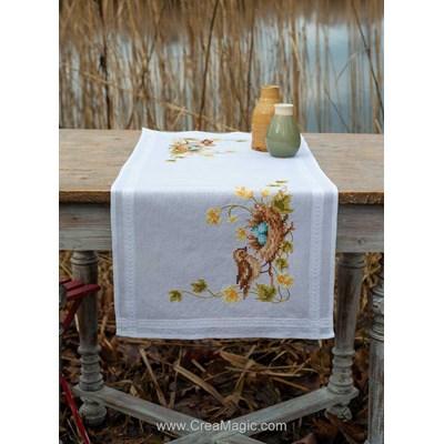 Chemin de table imprimé au point de croix en kit les oeufs dans le nid de l'oiseaux à broder en broderie traditionnelle de Vervaco