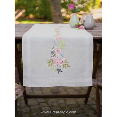 Chemin de table Vervaco en broderie traditionnelle douceurs de fleurs