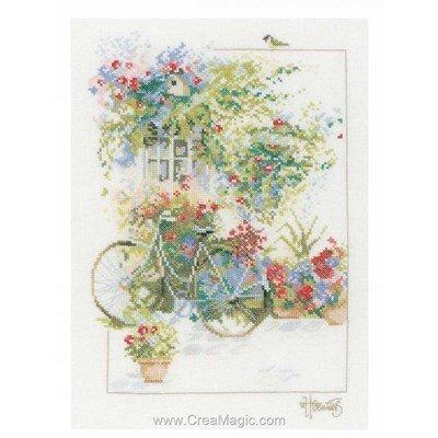 Kit bicyclette sur la façade fleurie de Lanarte