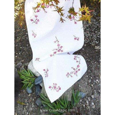 Chemin de table imprimé Avila en broderie traditionnelle branche fleurie