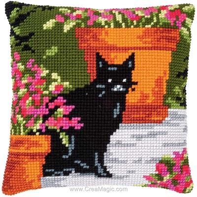 Coussin chat noir près des pots de fleurs de Vervaco au point de croix