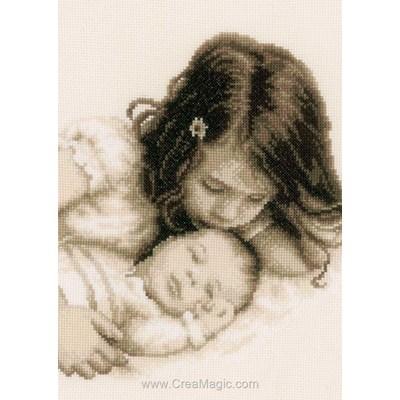 Bébé et sa soeur modèle broderie point de croix - Vervaco