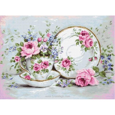 Vaisselle en porcelaine aux petites fleurs et roses kit broderie de Luca-S au point de croix