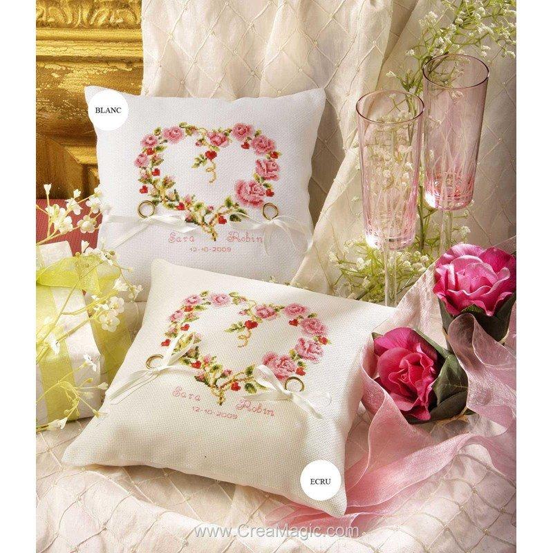 broderie coussin coussin de mariage c ur de roses couleur crue au point de croix vervaco 2310. Black Bedroom Furniture Sets. Home Design Ideas