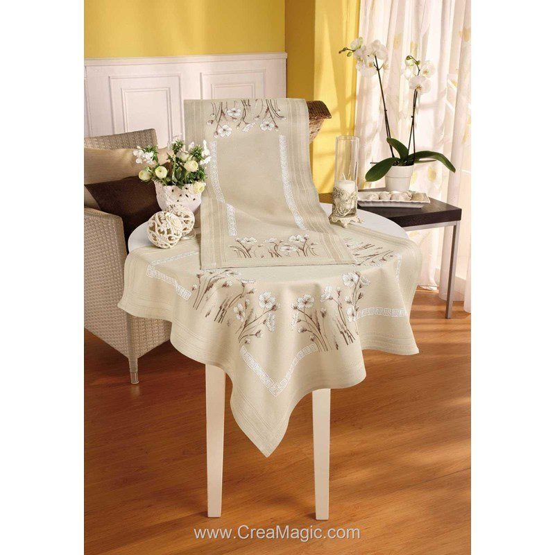 chemin de table imprim en kit fleurs blanches cru en broderie traditionnelle vervaco. Black Bedroom Furniture Sets. Home Design Ideas