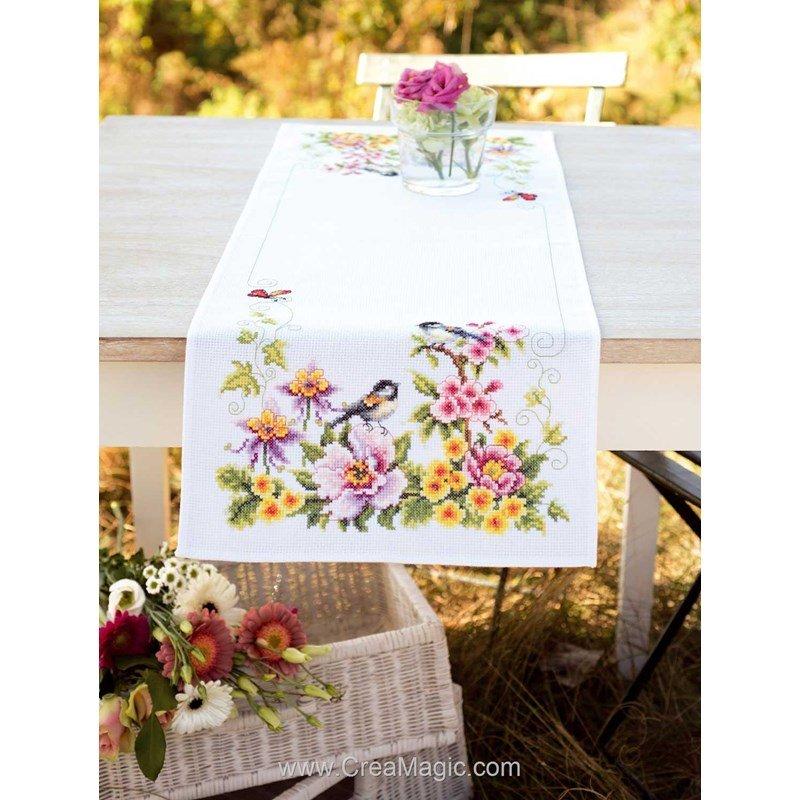 kit chemin de table oiseaux dans les fleurs broder vervaco pn 0021680. Black Bedroom Furniture Sets. Home Design Ideas