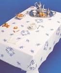 Nappe imprimée Petites fleures bleues bordée de dentelle Dim 150x200 cm à broder en broderie traditionnelle - Luc Création