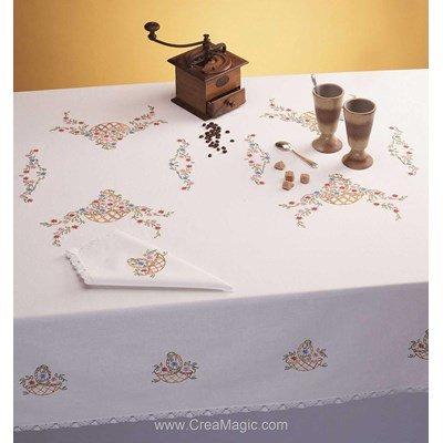 Serviette imprimée Paniers fleuris bordée de dentelle Dim 50x50 cm à broder en broderie traditionnelle - Luc Création